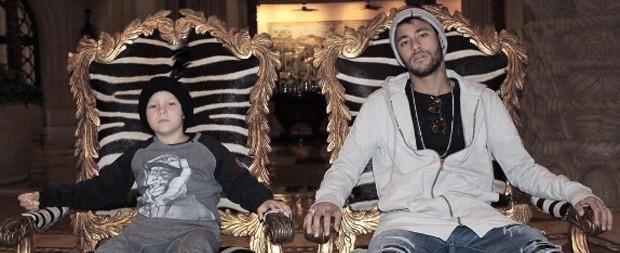 Cheios de marra! Neymar e o filho posam para foto na África