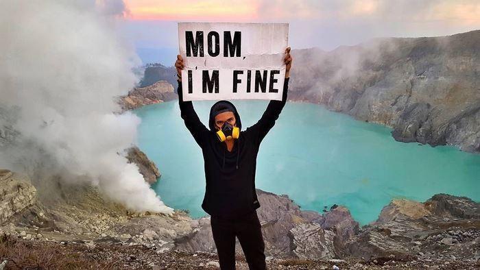 Viajando pelo mundo, jovem tranquiliza mãe com fotos divertidas