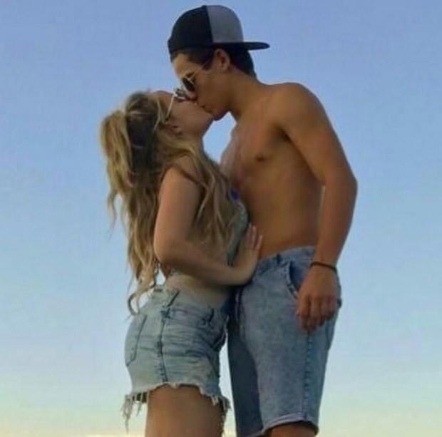 Sem camiseta, Thomaz Costa ganha beijão de Larissa Manoela