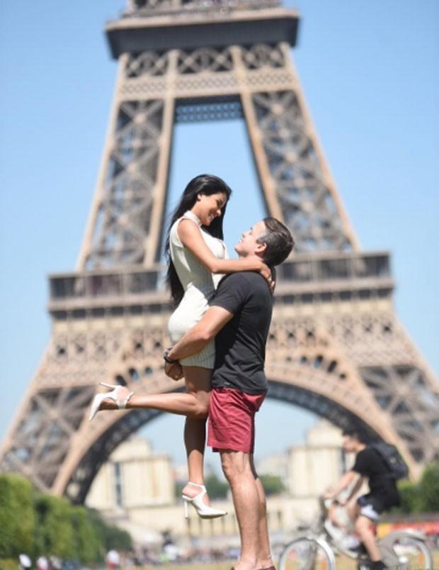 Munik Nunes e o noivo Anderson Felício em Paris
