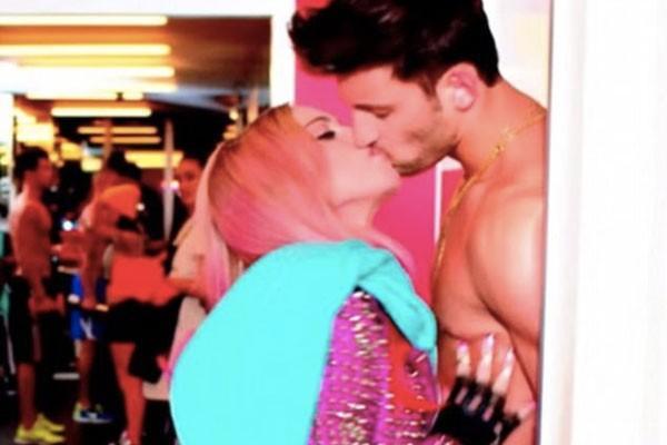 Madonna beija Kevin Sampaio em clip