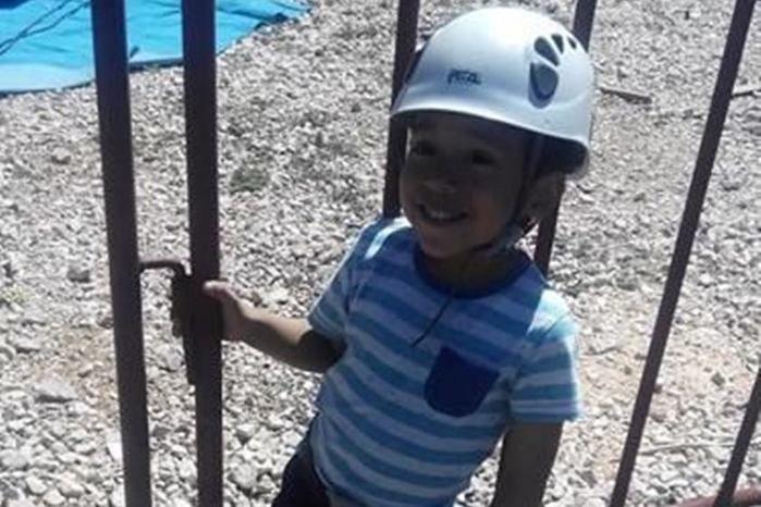 Criança de 4 anos morre após carro ser atingido por árvore em chamas