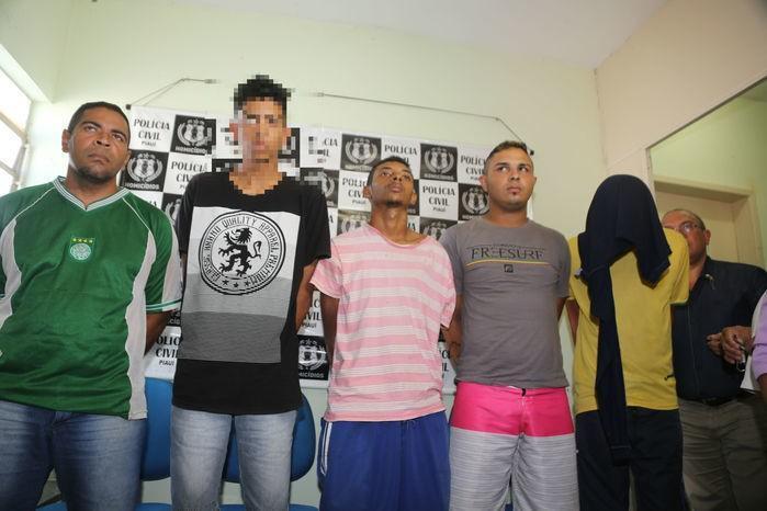Os cinco acusados (Crédito: Efrém Ribeiro)