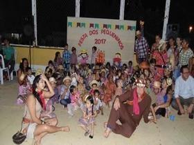 Crianças participam de apresentações na quadra de esporte