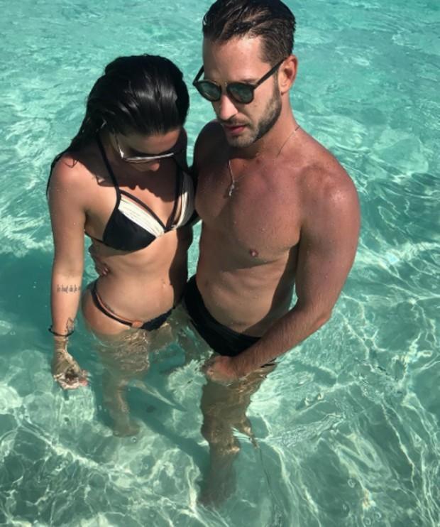 Cleo Pires posta foto em piscina e corpo em forma chama atenção