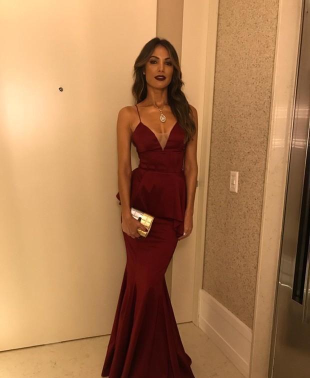 Patricia Poeta posa com vestido luxuoso e chama atenção na web
