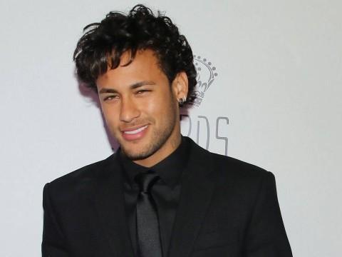 Solteiro, Neymar canta 'Tarde Demais' ao lado de Thiaguinho em show