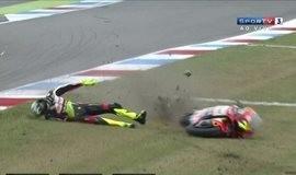 Após acidente assustador, italiano tem fratura leve no tornozelo