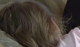Criança é agrida por madrasta enquanto dormia e pais se revoltam