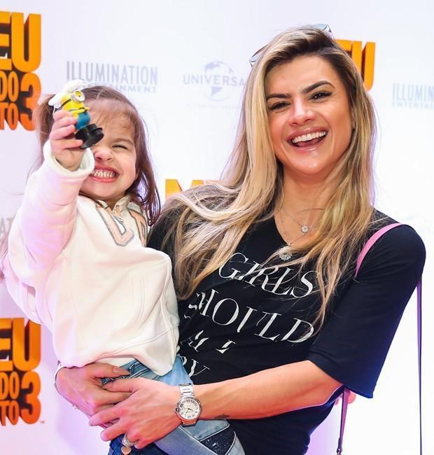 Maisa Silva se veste de Minion e chama atenção em pré-estreia