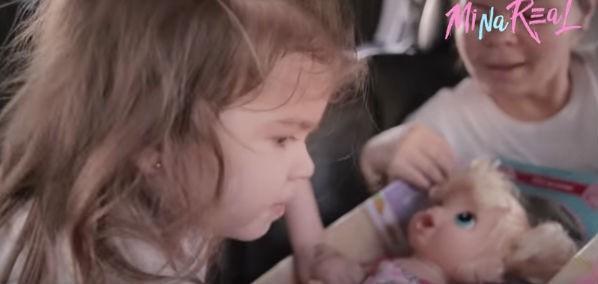 Mirella e Ceará perde paciência com boneca e vídeo faz sucesso