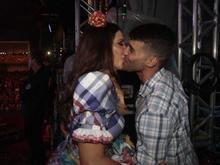 Ivete é flagrada aos beijos com marido nos bastidores de show