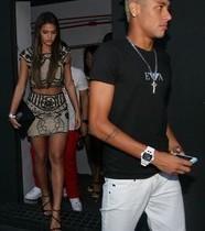 Bruna Marquezine para de seguir Neymar e deleta fotos com jogador
