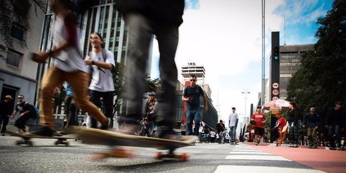 Motorista atropela skatistas durante evento em São Paulo; vídeo