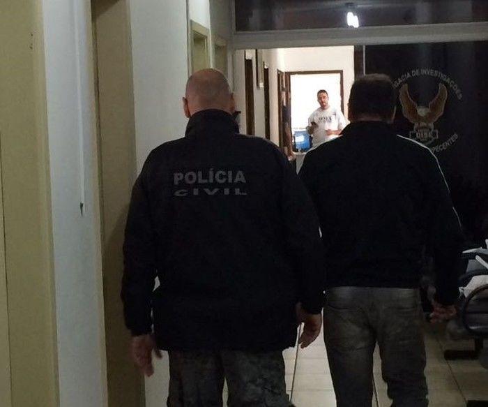 Ricardo Costa (dir.) foi conduzido ao Distrito Policial