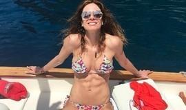 Luciana Gimenez exibe barriga chapada durante viagem a Capri