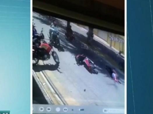 Mulher cai de moto ao ser puxada por assaltantes e quase morre