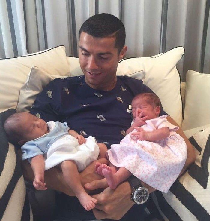 Cristiano Ronaldo e os filhos (Crédito: Reprodução)