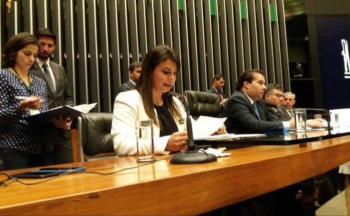 Deputada Mariana Carvalho durante a leitura da denúncia da PGR