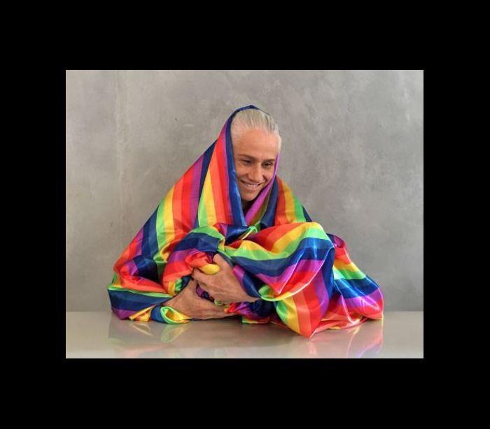 Vera Holtz transforma bandeira LGBT em manto e 'lacra' nas redes