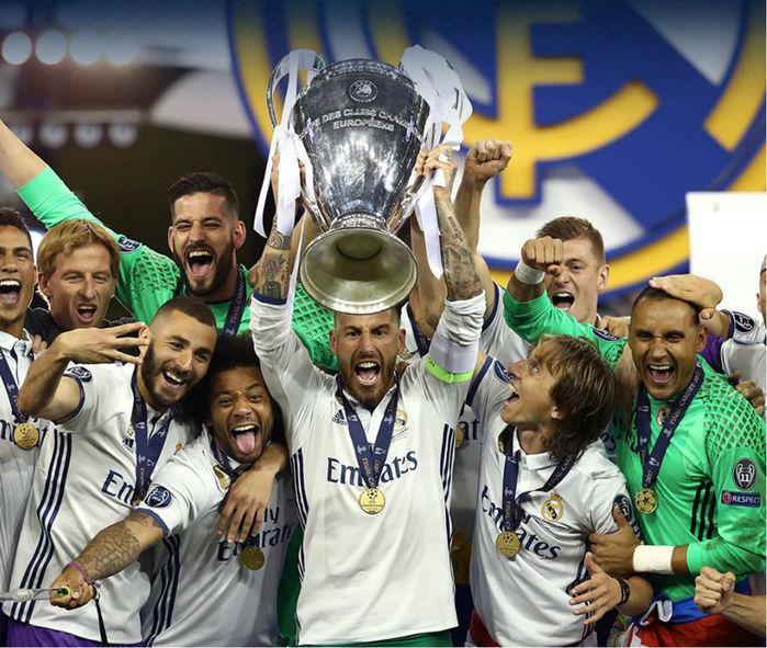Sérgio Ramos levanta a taça da Champions League (Crédito: UEFA)