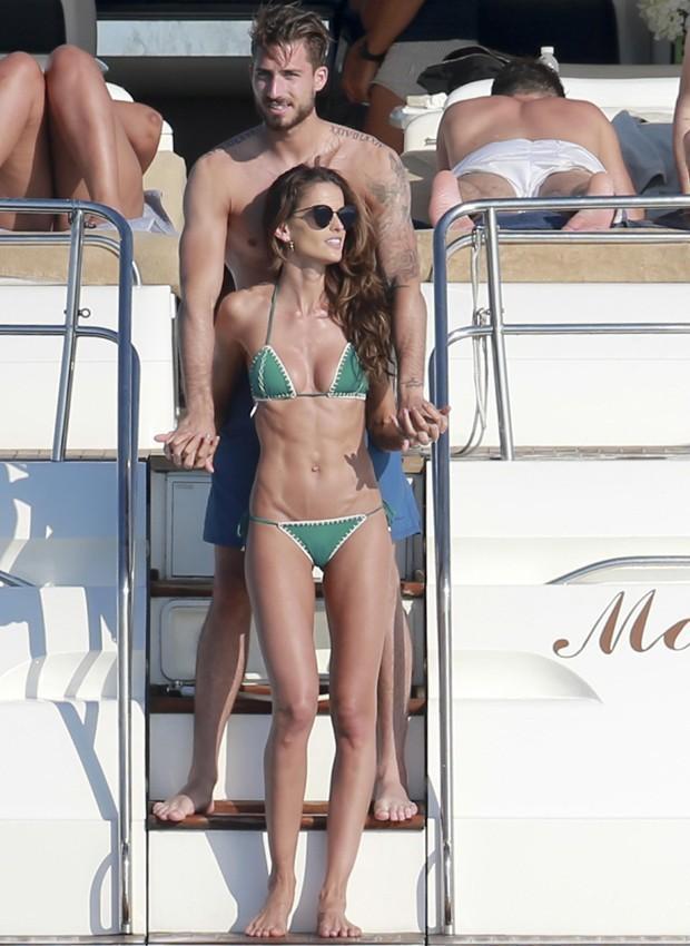 Izabel Goulart exibi corpão ao lado de namorado em Ibiza