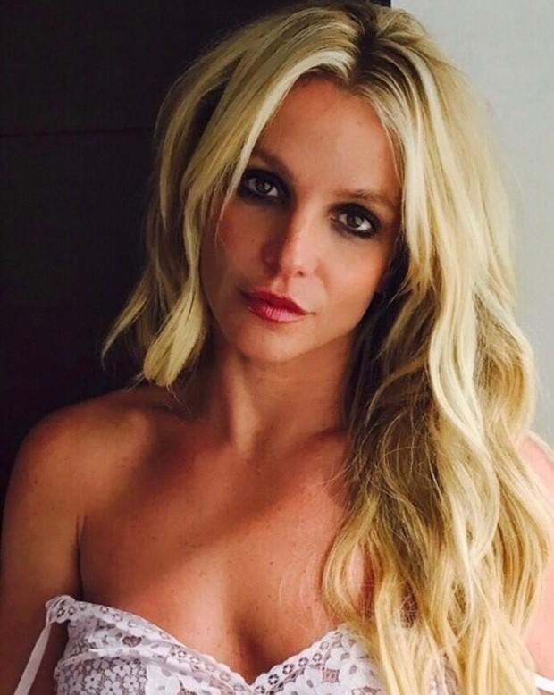 Britney Spears posa de blusinha de renda e fãs piram