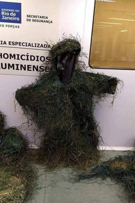 Policiais encontram trajes de camuflagem utilizados por assaltantes