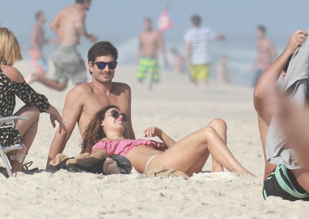 Isis Valverde curte praia com namorado (Crédito: Agnews)