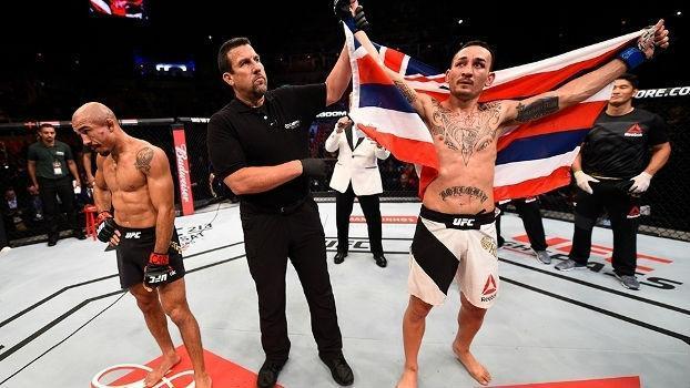 Max Holloway comemora vitória sobre José Aldo no UFC 212 no Rio de Janeiro (Crédito: Getty)