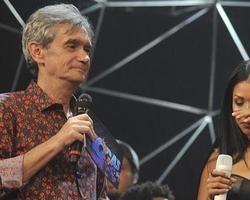 """No Altas Horas, Laura Muller ensina Simone e Simaria a """"dar a roda"""""""