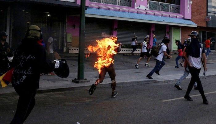 Morre jovem que foi queimado em protesto na Venezuela