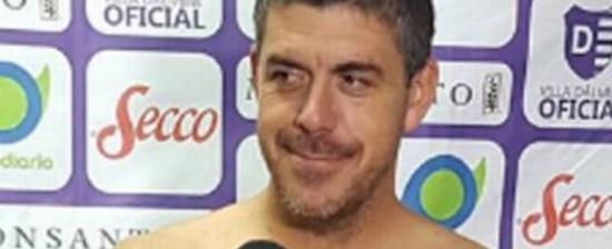 Técnico uruguaio cumpre promessa e dá entrevista só de toalha