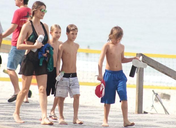 Fernanda Lima aproveita dia de folga e curte praia com os gêmeos