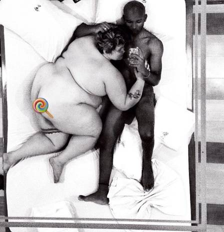 Thais Carla posa nua com marido