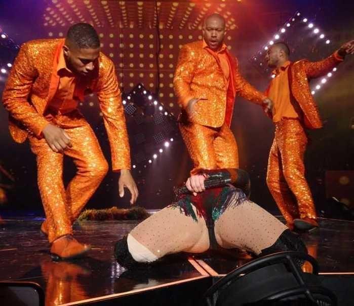 Jennifer Lopez 'trava' durante show e é socorrida por bailarinos