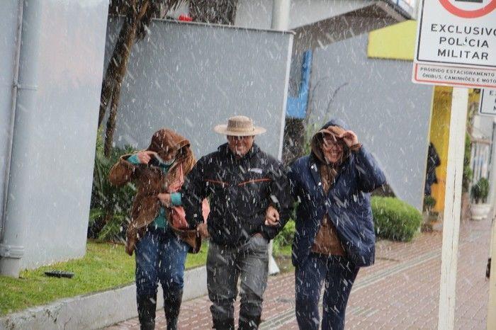 Turistas e moradores aproveitaram a neve (Crédito: Reprodução)