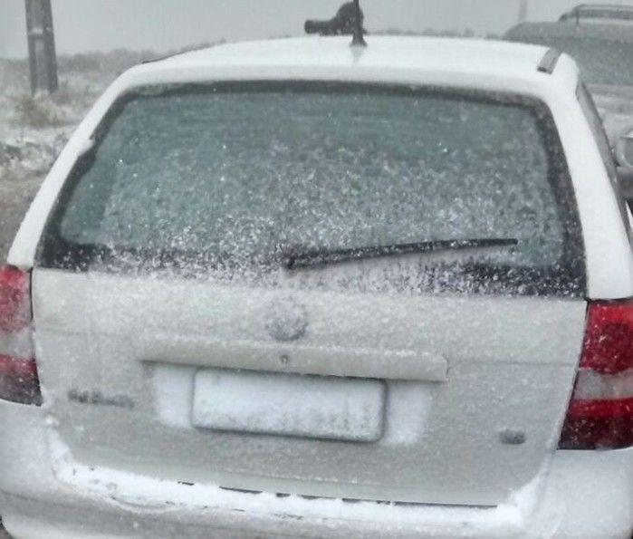 Neve acumulou em carros na cidade  (Crédito: Reprodução)