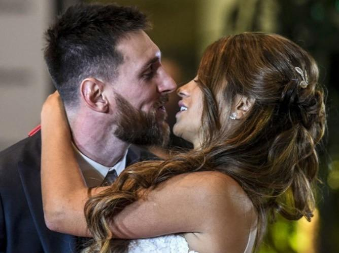 Messi se casa com namorada de infância e comemora com amigos