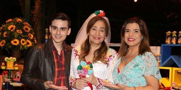 Dudu Camargo prestigia festa de aniversário de Sônia Abrão