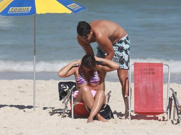 Nicole Bahls e Marcelo Bimbi em praia  (Crédito: Agnews)