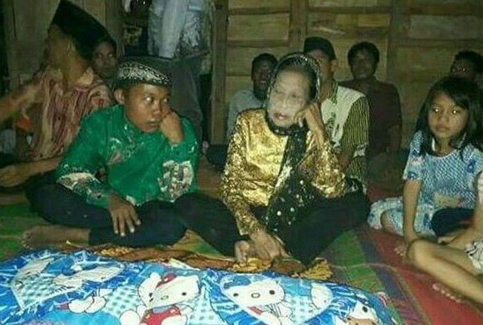 Idosa de 71 anos se casa com adolescente de 16 na Indonésia
