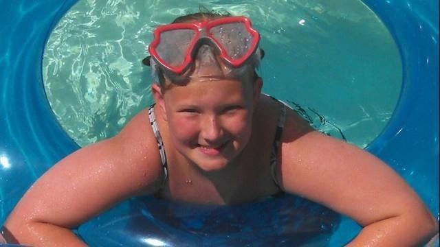 Adolescente morre após pegar celular ligado à tomada durante banho