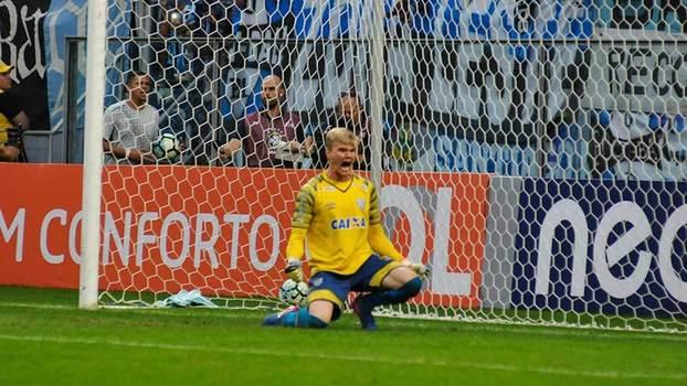 Douglas Friedrich brilhou na vitória do Avaí sobre o Grêmio na Arena (Crédito: Reprodução)