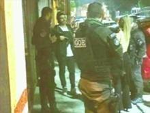 Caio Castro é flagrado com fuzil nas mãos após festa em São Paulo