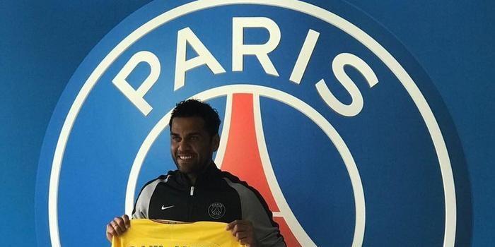 """Daniel Alves veste a """"amarelinha"""" do PSG e assina por dois anos"""