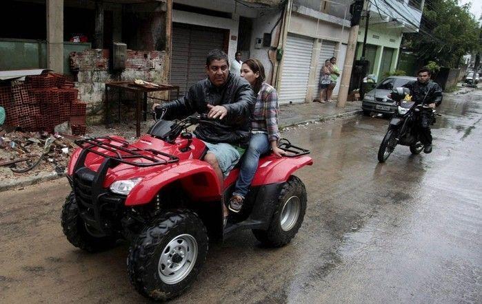 Zeca Pagodinho no triciclo (Crédito: Reprodução)