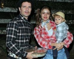 Sophie Charlotte e Daniel levam o filho à arraial de novela
