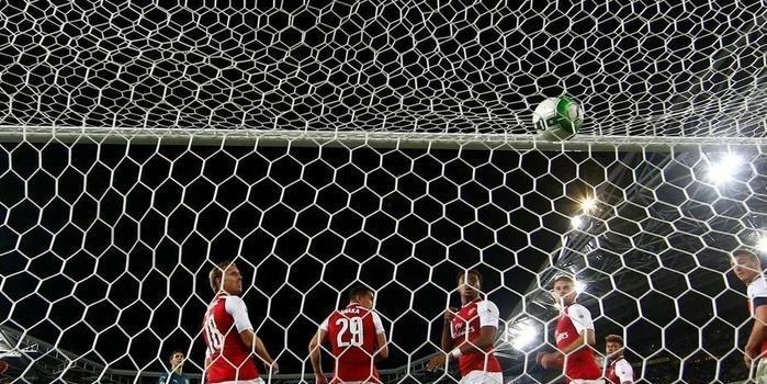 Arsenal vence, mas leva gol com 11 jogadores em cima da linha