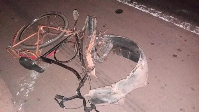 Bicicleta ficou destruída após o acidente na BR-010